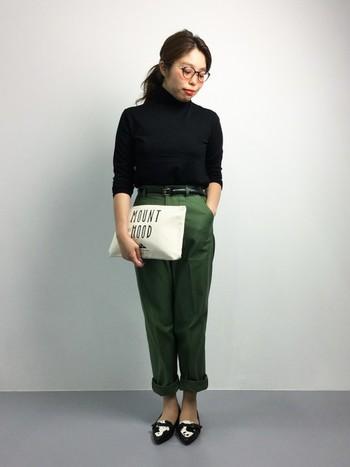 流行のハイネックのトップスと合わせて、ウエストはパンツにイン。女性らしく着こなしたコーデです。裾をロールアップして足首を見せているのもポイントです。