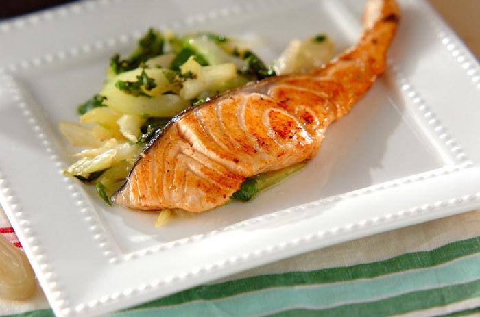 鮭のハーブ焼きは、まずは魚によく合うハーブやタイムを使って試してみましょう。お口にタイムのさわやかな香りと、鮭のうまみが広がります。ちなみに、ローズマリーでもOK。ハーブの種類で風味が変わるので、レパートリーが増やせますね☆