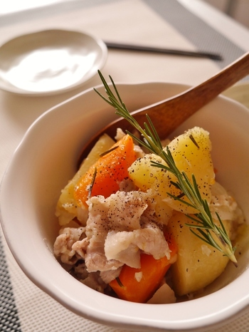 洋食だけでなく、和食にも意外と好相性なローズマリー♪アイデア次第でいろんな料理に使えるんです。塩麹で味付けしたコクのある肉じゃがです。