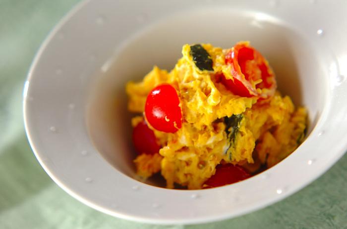 【カボチャとトマトのサラダ】  煮たり焼いたりといったイメージが強いかぼちゃですが、ポテトの代用ができる食材なので、ポテトサラダを作る感覚でサラダが作れるんです。こちらはトマトとマッシュカボチャを合わせたサラダ。黄色と赤のコントラストが食欲をそそる一品です。