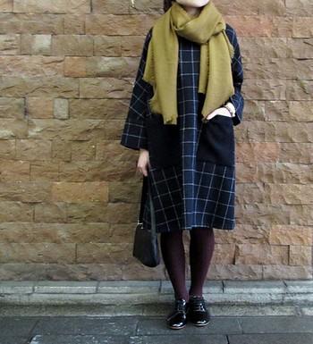 ゆったりシルエットのワンピースは、フロントの大きなポケットが可愛いポイント。アルパカウールを甘く織り上げた、やわらかく軽いからし色のストールと、深いボルドーのタイツを合わせて、こっくりとした秋色コーディネートに。