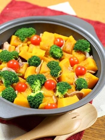 【南瓜とベーコンのスープ煮】  かぼちゃ料理の定番、煮物も洋風アレンジでパーティを盛り上げてくれます。かぼちゃの黄色はとってもきれいな色なので、そこにブロッコリーの緑とプチトマトの赤をプラスしてあげることでテーブルの上が華やかに彩れます。大きなお皿でボリュームたっぷりに作るのがいいですね。