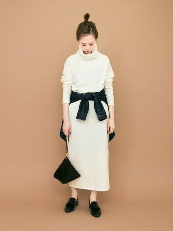 膨張色のホワイトにはデニムシャツを腰に巻いてメリハリのある雰囲気に。小物は黒でまとめるのもポイントです。