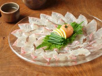 さっぱりしたボジョレーヌーボーには、和食がよく合います。鯛などの白身魚のお刺身もおすすめ。もちろん、サーモンやブリなどの刺身もいいですね。今年はぜひ和風でボジョレーを楽しんでみませんか。