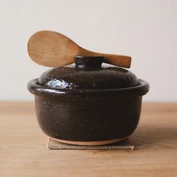 蓋の部分にしゃもじが置けちゃう便利な土鍋もあります。ご飯は2合まで炊ける大きさ。小さいですが焼き物らしいどっしりとした雰囲気のお鍋。