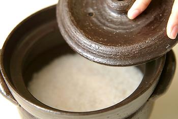 お気に入りの土鍋を見つけたら、さっそくご飯を炊いてみましょう。下記に基本の炊き方をご紹介するので参考にしてみてください。