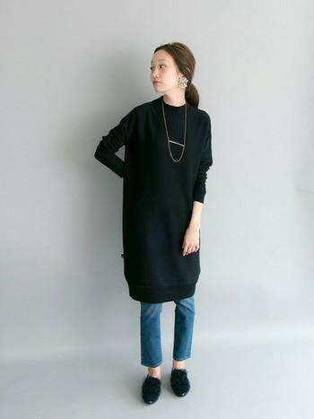 ニットワンピースはデニムとも好相性です。黒には主張しすぎないシンプルなネックレスを合わせて大人っぽい雰囲気を演出。