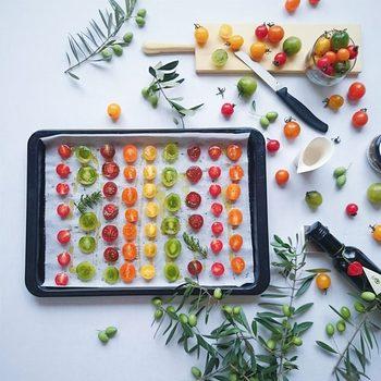 色のバランスやアイテムの配置が絶妙で、ドラマティックな食卓風景が印象的。洋雑誌を切り取ったようなセンス溢れる写真ばかり。