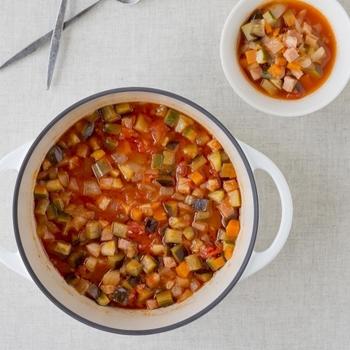 色々な野菜が入ったミネストローネは、野菜が主役になれる一品。「バーミキュラ」でそれぞれの野菜のポテンシャルが引き出されます。