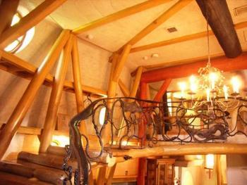 まずはこの螺旋階段を登って2階へ上がって行きます。階段の段差はほとんどなく、小さなお子さんでも登りやすそうです。