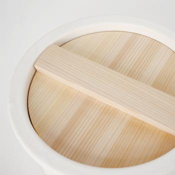 木曽産の椹(さわら)材で作られた木蓋が付属で付いているので、炊飯後はおひつとしても使うことも出来ます。「ambai」は土鍋の産地である三重県四日市の伝統産業、萬古焼のお鍋。デザインは小泉誠さんです。