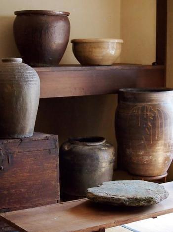陶器の壷や器、陶板などは、土のぬくもりを感じられる素朴なものが中心。陶芸作家の作品や骨董品のようなものも並びます。