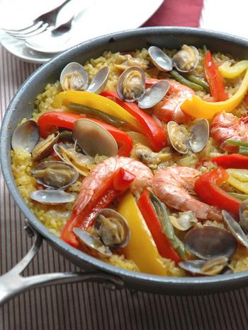 ベーシックなシーフードパエリア。魚貝の旨味がたっぷりで何回食べても飽きません。サフランは乾煎りすると、香りも色も良く出るようなので、ぜひ試してみてくださいね。