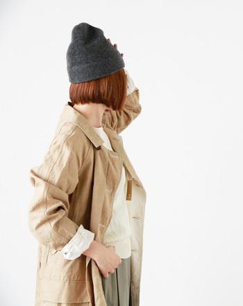 ふわふわとしたウールはフェルト加工が施され、手馴染みのよい毛羽立ち感が特徴的です。無骨なコートスタイルにやわらかさと温かみを添えてくれています。