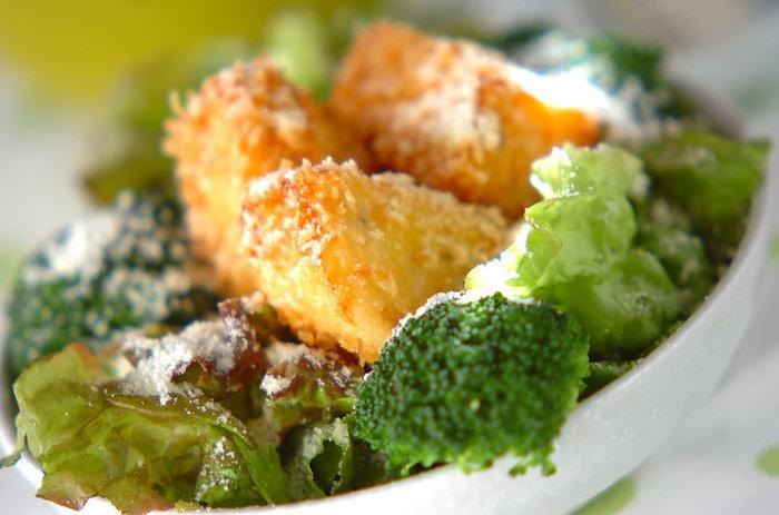 カリッと揚げたはんぺんが食べ応え満点のサラダ。粉チーズでコクを出し、おしゃれなアレンジです。
