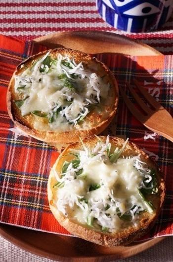 グリルパンはパンも美味しくトーストできることも特徴。カリカリの香ばしいトーストにシラス・水菜・チーズという絶妙な組み合わせ!ぜひ試してみたいオーブンサンドです。