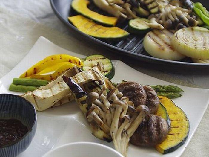肉だけじゃなく、野菜もグリルするととても美味しく食べることができますよ。さらにソースはヨーグルトとマヨネーズをベースとした白いソースと、赤みそがベースの黒いソースの2種類。どちらも美味しそうで、交互に食べていったらとまらなくなりそうですね・・・!