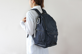 シンプルなデザインとカラーなので、パパと共用するのもいいですね。ポケットがサイドや背面にもあって、細々したものをしまうのにとても便利です。