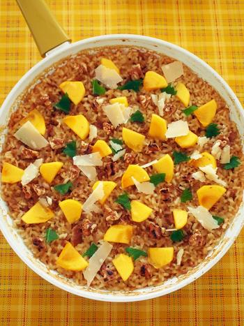 柿やクルミ、パルメザンチーズを和風味のご飯の上にトッピングした、目新しいパエリア。ハチミツ味噌に漬け込んだ豚肉のうまみがご飯に広がり、柿の甘みと絶妙にマッチングしています。
