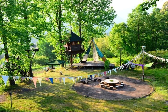 キャンプの楽しみや大自然だけでなく、可愛いカフェに雑貨店など、色々な楽しみがギュッと詰まった素敵な森です。