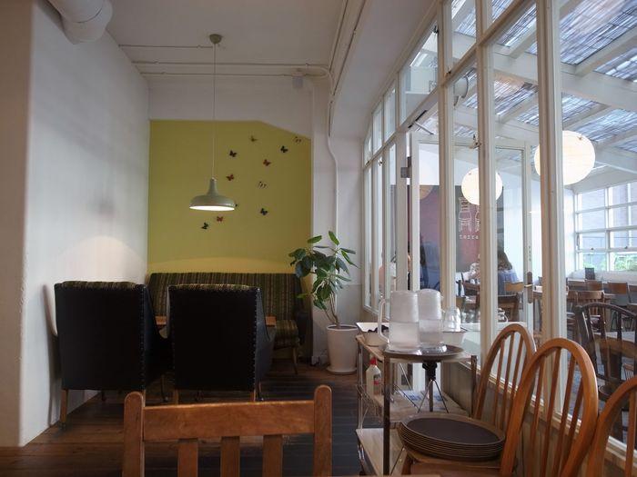 内装は自然素材の炭しっくいの壁や、アンティークな家具たちが並んでいて、ぬくもりを感じながら友人や家族とゆったりとした時間を過ごすことができます。