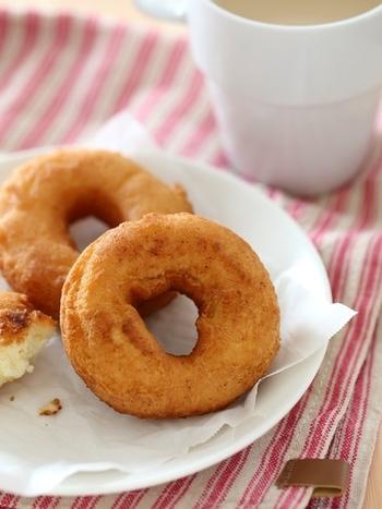 ホットケーキミックスを使わない、基本的なドーナツのレシピです。甘さの調整も出来ますし、明らかにミックス粉!という味が苦手な方に。シンプルなレシピなので、トッピングも楽しめますね。こちらは少し片栗粉を入れて軽い食感に仕上げています。