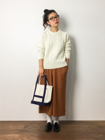 オレンジ×ホワイトの女性らしいカラーコーディネートに、ネイビーが入ったキャンバスバッグをプラス。 編みのくっきりしたニットとあったかカラーのほっこりコーディネートです♪