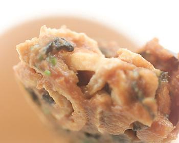 即席のお味噌汁ができる「ケータイお味噌汁」。干しわかめと油揚げ、味噌、だしを混ぜて、コップに入れてラップをしたら出来上がり!お湯を注げばすぐにお味噌汁が飲めちゃう、便利な即席のお味噌汁です。