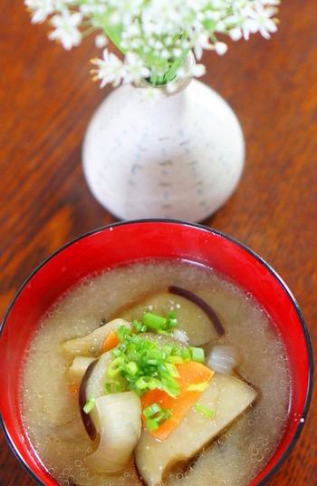 ココナッツオイルで炒めた茄子がとろとろになったお味噌汁。お好きな野菜を入れて召し上がれ♪