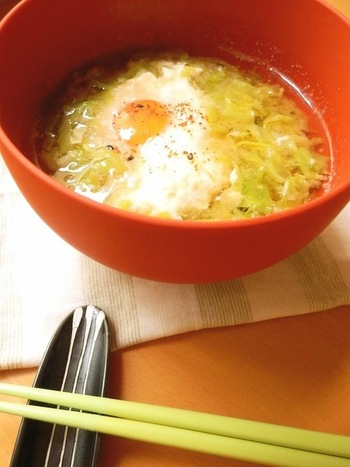 千切りしたキャベツをたっぷり使った「春きゃべつとたまごのお味噌汁」。キャベツと卵というシンプルなお味噌汁ですが、相性抜群の具材なのでとっても美味しいですよ。