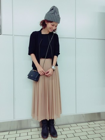 安田美沙子さんの素敵コーデ。淡いベージュのプリーツスカートが女の子らしくてかわいい。ほかの色を黒でまとめているからスカートが引き立ちます。ニット帽をプラスすることで上手にカジュアルダウンしていますね。