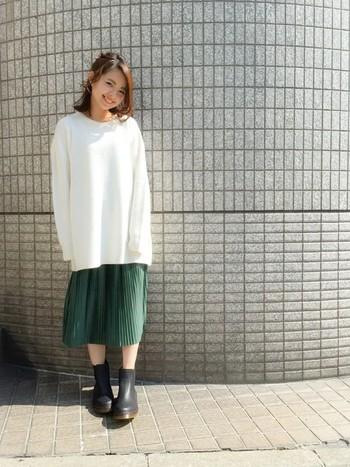 大きめサイズのトップスからちらりとのぞくプリーツスカートが少女のようなかわいらしさを演出。あえて無地で合わせるのもシンプルでオシャレですね。