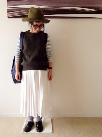 夏に活躍してくれた白のプリーツスカート。秋になってもまだ履けますよ。秋には合わせるものに工夫をしましょう。バッグや靴はダークな色を合わせて、ハットもフェルト地なら重たさが加わって秋らしくなります。ベストも今季流行のアイテムなので、取り入れると今っぽくなりますよ。