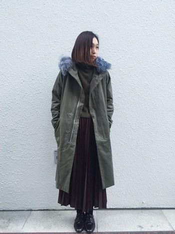 冬になったらロングコートと合わせる重ね着を楽しみたいですね。前からふわり、裾からチラリとのぞくプリーツスカートが愛らしい。重めの色合わせでも、女の子らしいアイテムを入れれば可愛いコーデに変身しちゃいます。