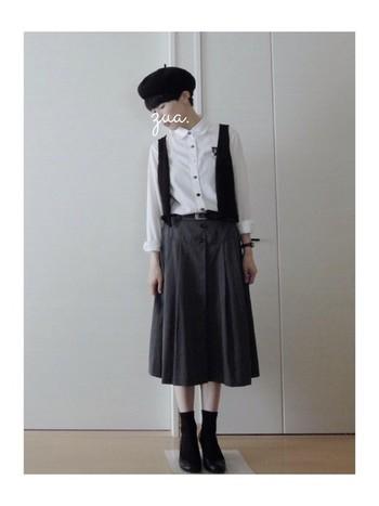 プリーツスカートはベレー帽と相性がいいですね。コンパクトなベストとベレー帽、足元が同じ色なので統一感が出ます。白のシャツはボタンがアクセントになっていて素敵。
