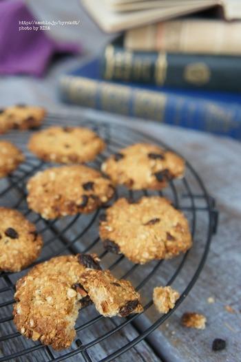 おからを使ったクッキーですが、こちらはバター不使用なんです!バターの変わりにココナッツオイルを使用したクッキーはザクザクした食感が楽しい♪ お好みのドライフィルーツを刻んで、混ぜてアレンジを楽しんでください。