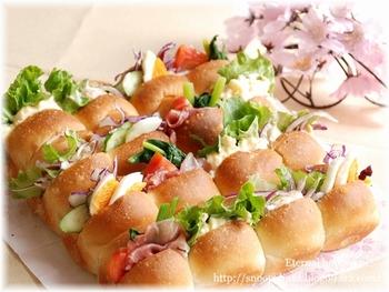 シンプルな手こねの生地をスクエア型で焼いたちぎりパンに、さまざまな具をはさんで。ピクニックのお弁当にもいいですね。