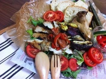 オーブンで鶏肉と野菜を一緒に焼いて、豪快に盛り付けた超特大のワンプレート。パンの上にそれぞれ好きな具材をのせていただきます。パーティーにも良さそう。