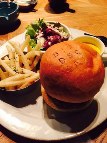 オリジナルハンバーガーと、ふわふわのパンケーキがバーズカフェの自慢。