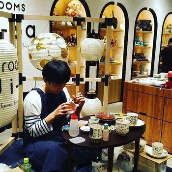 こちらは先日行われた、京都で作陶をされている林民和さんが絵付けをされている様子。