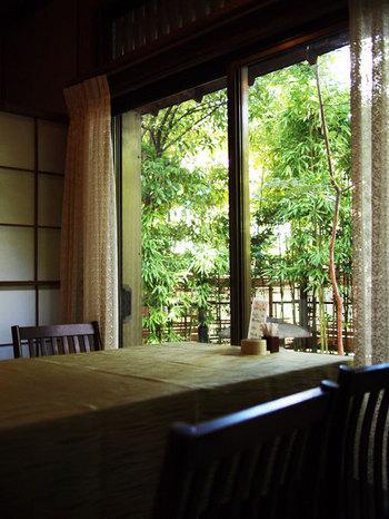 レトロモダンな店内、お庭を眺めながらの優雅なランチが楽しめます。