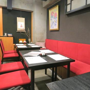店内はカウンター6席、2人テーブル6卓のこぢんまりとした空間。料理人が目の前で調理する風景が見られるカウンター席がおすすめです。