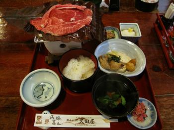 飛騨牛ほうばみそ定食。薄切りの飛騨牛を、高山地方の郷土料理である朴葉味噌(ほおばみそ)と絡めて焼きます。