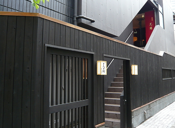 飯田橋駅から徒歩約5分。神楽坂にある四川料理の店。かくれんぼ横丁という路地裏にあるその店はモダンでいかにも神楽坂らしい佇まい。