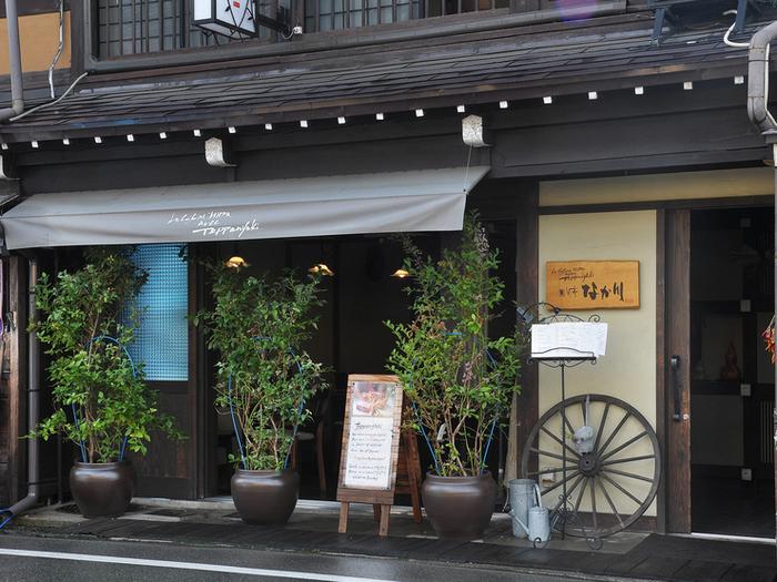 さんまち通り沿いにある、古民家を改装したレストラン。ひっそりとした佇まいが大人の雰囲気漂うお店。飛騨牛をはじめ、旬の素材を鉄板焼きで提供してくれます。