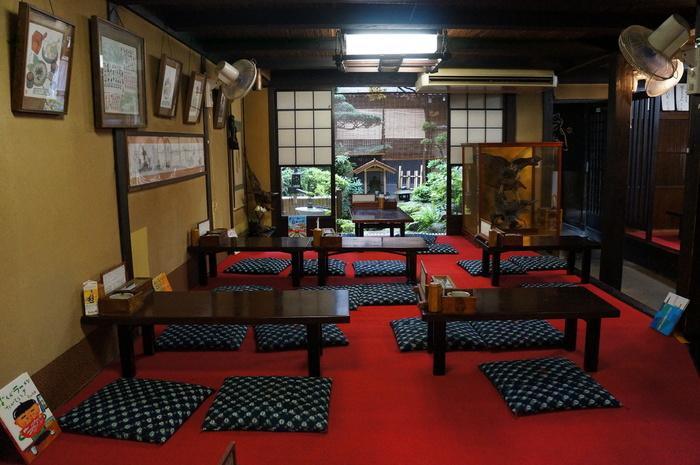内装も創業当時の趣を残したノスタルジックな店内。テーブル席と、赤いカーペットが映えるお座敷席があります。