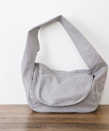 kotonのショルダーバッグには大きなフラップがついています。多少手荒に扱っても、中のものが飛び出してしまうことはありません。