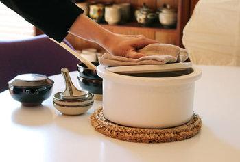 スタイリッシュなデザインが人気の「ambai」の土鍋。直火でもIHでもどちらでも使えるのが嬉しいです。お鍋の胴体部分を、取っ手の代わりとして持てるように設計されています。