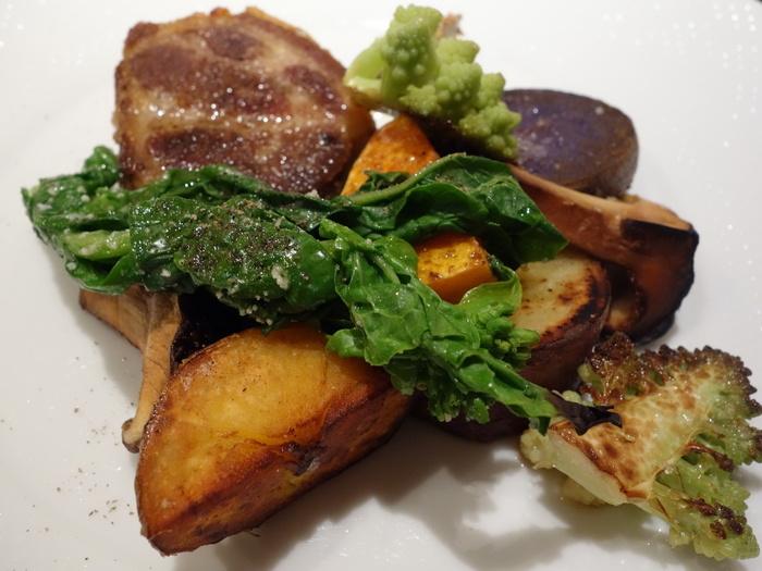 豚肩ロースのコンフィにも旬のお野菜がたっぷり添えられています。