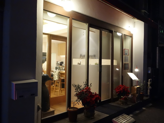 シンプルな入り口で気軽に入れる雰囲気なので初めてでもほっとしますね。人気のお店なので予約をおすすめします。